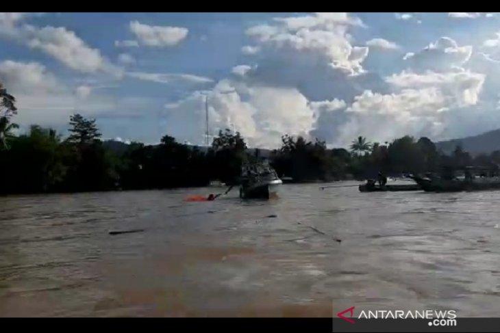 Kapal feri tradisional karam di Long Bagun