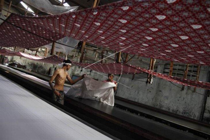 Produksi batik seragam sekolah