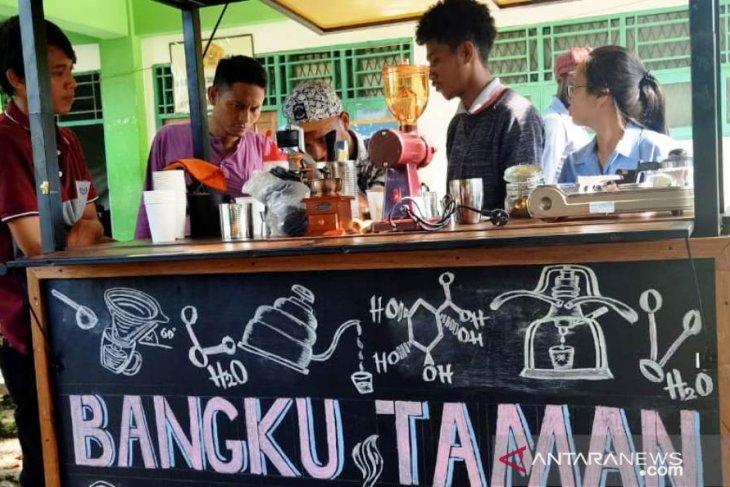 Mahasiswa ini kembangkan diri dengan buka kedai kopi