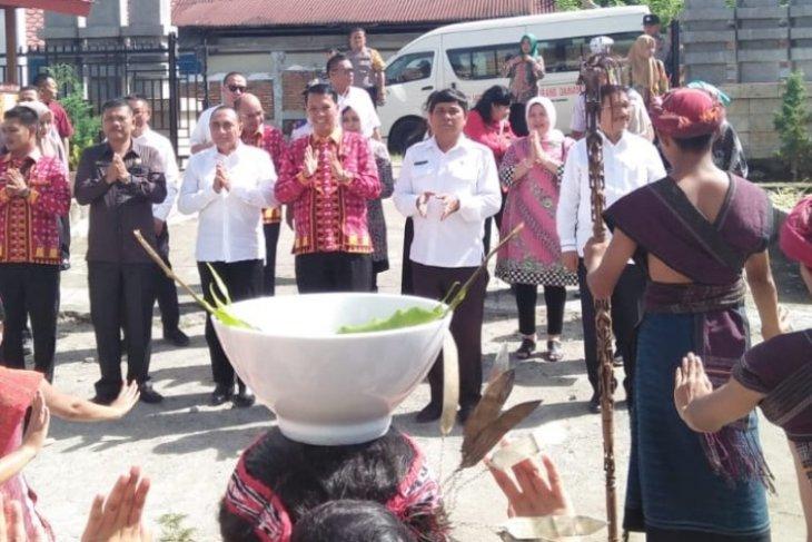 Gubsu motivasi aparatur Pemkab dan pelajar di Samosir