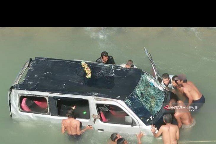 Mini bus terjun ke sungai di Madina, 10 penumpang selamat