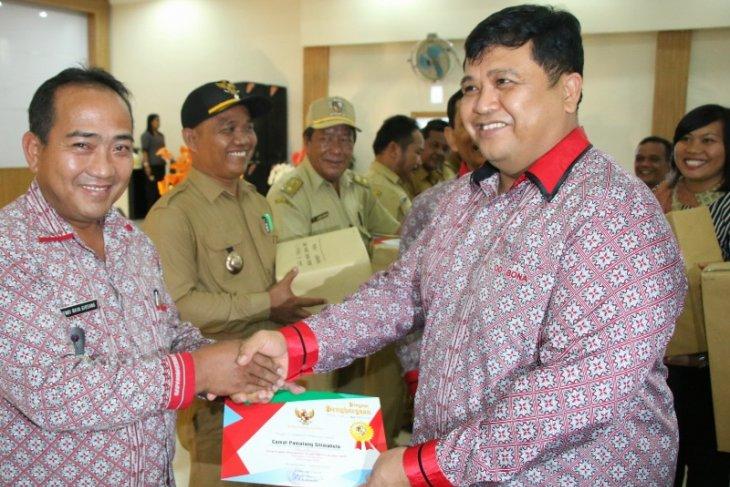 Pemkab Simalungun beri penghargaan camat dan kades atas pencapaian PBB