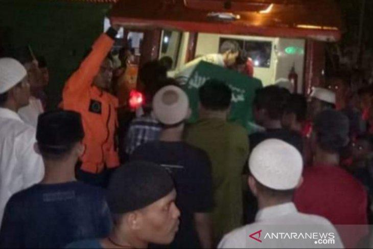 Jenazah korban tenggelam warga Tanjungbalai dimakamkan malam hari