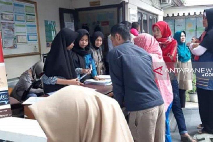 Warga Sukabumi antre legalisasi kartu keluarga sebagai syarat daftar PPDB