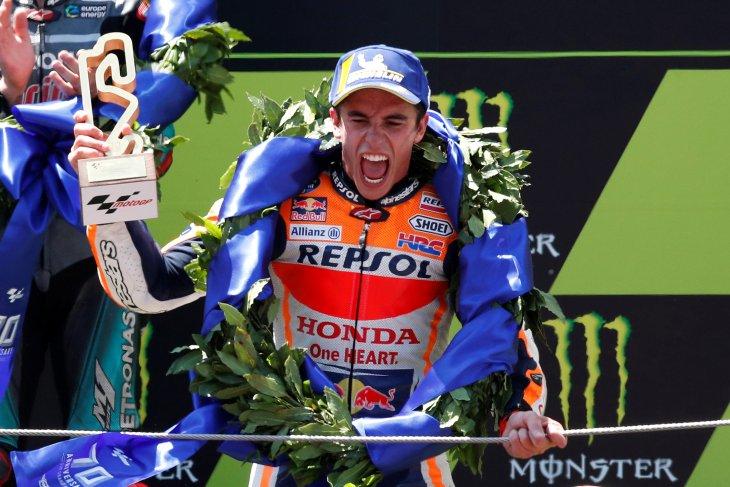 Marquez juara kala rival bertumbangan