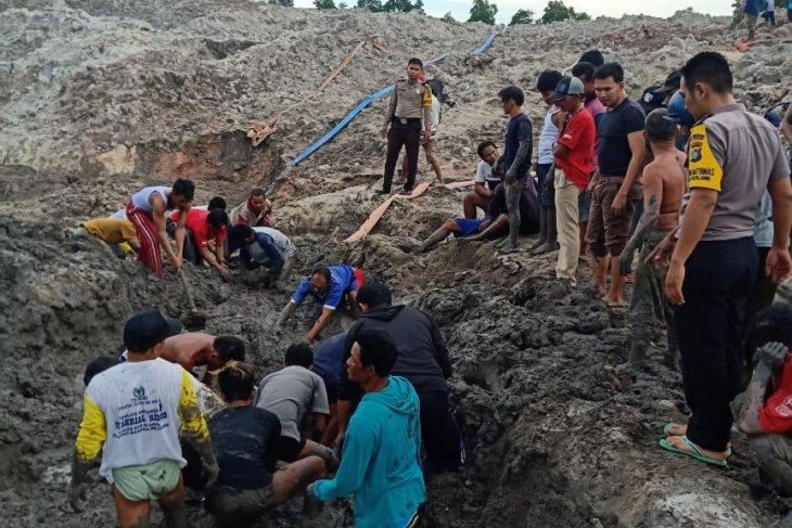 Tiga penambang bijih timah yang tertimbun longsor ditemukan meninggal dunia