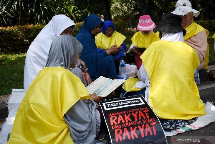 Massa aksi baca Al Quran dan  orasi di sekitar gedung MK