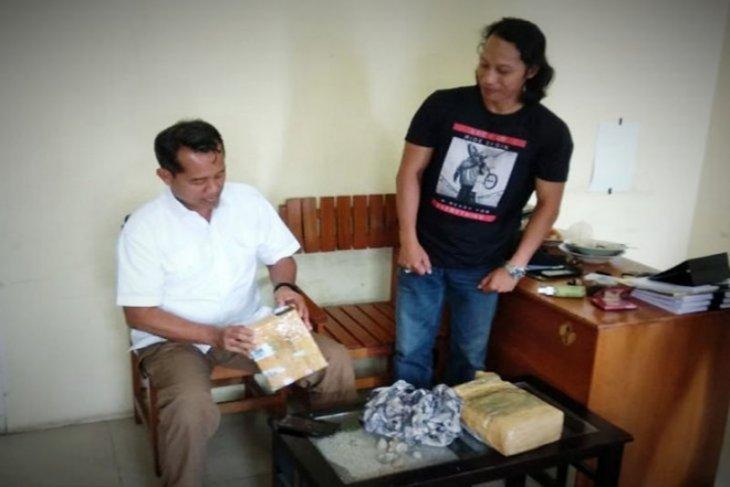 Warga ditangkap ketika mengambil paket berisi satu kilogram ganja