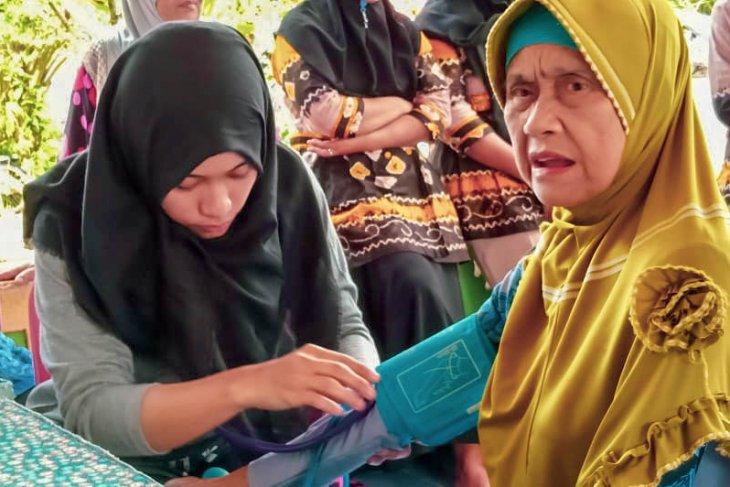 Warga Tanah Bumbu periksa kesehatan pascatinggalkan lokasi pengungsian