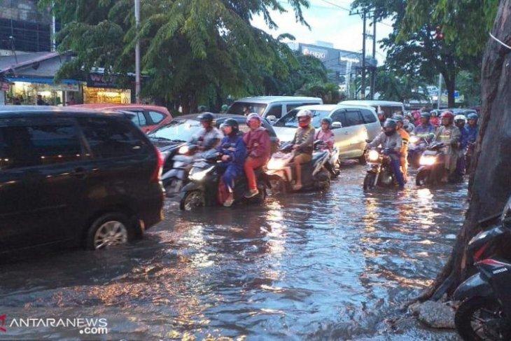 Hujan sebentar saja, Medan terendam banjir