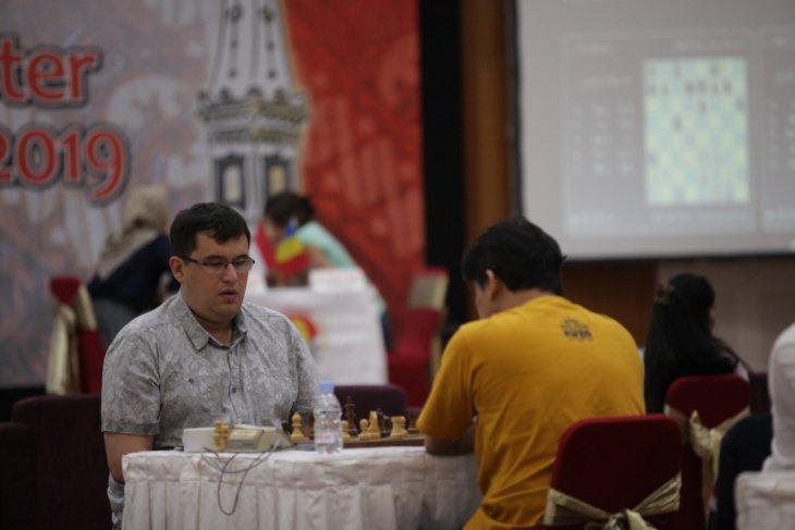 Rustam Khusnutdinov juara setelah remis dengan Susanto