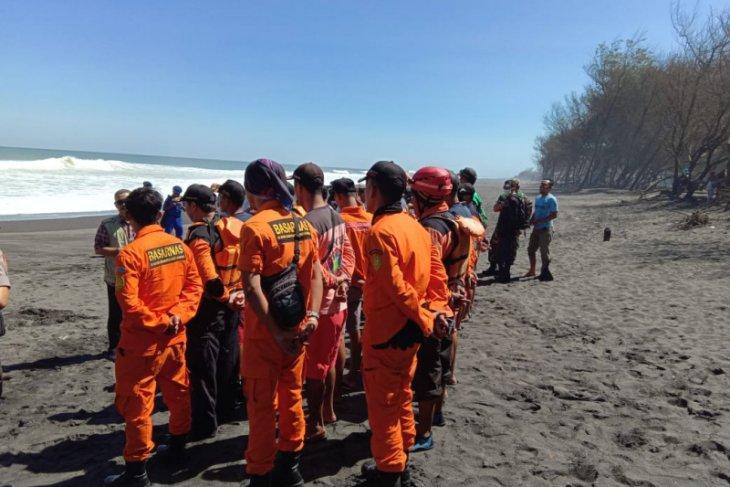 Pencarian dua wisatawan terseret ombak Pantai Bantul dilanjutkan