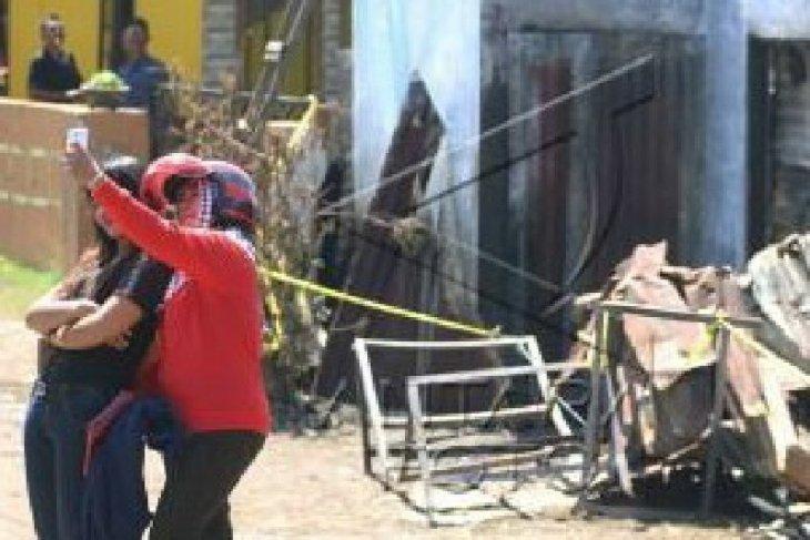 Dua wanita ini swafoto di lokasi kebakaran pabrik mancis