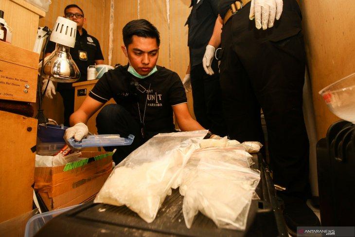 Polisi ungkap pabrik rumahan yang olah obat sesak nafas jadi narkoba kualitas tinggi