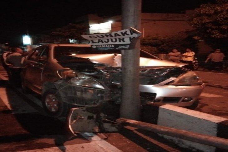 Mobil Avanza rusak berat usai tabrak pembatas jalan di Tebing Tinggi