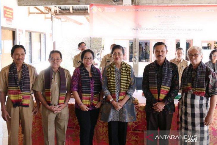 Dekranasda dorong warga gunakan produk tenun asli Bali