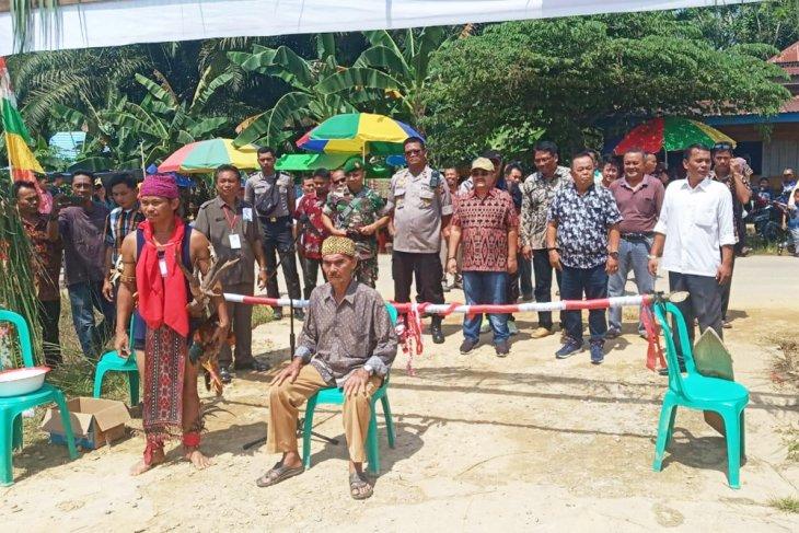 Gawai Adat Dayak Mualang Desa Maboh Permai Kecamatan Belitang dibuka