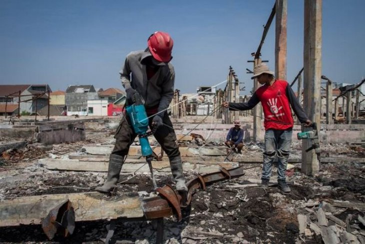 Membongkar bangunan Pasar Legi