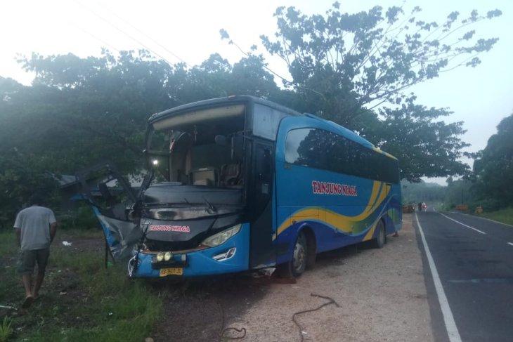 Bus vs truk di Tayan Hilir, satu tewas