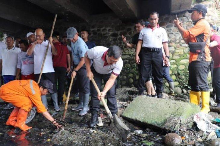 Antisipasi banjir, Kapolda Sumut turun tangan bersihkan Sungai Kera
