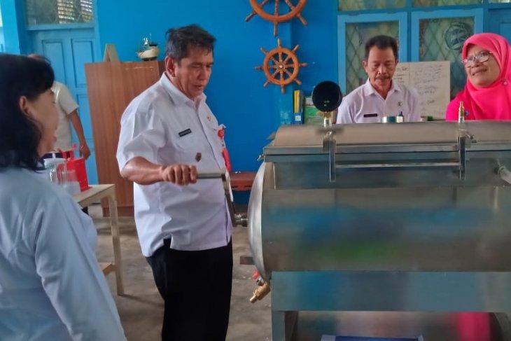Kadis KP Sulteng Hasanuddin Atjo (kedua kiri) didampingi Ketua STPL Palu Monarni Gobel (kanan) menyaksikan alat-alat pengolahan hasil perikanan dan kelautan di Kampus STPL Palu
