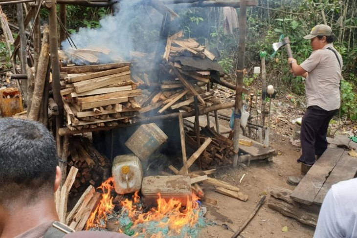 Polisi bongkar rumah produksi miras lokal di Sorong