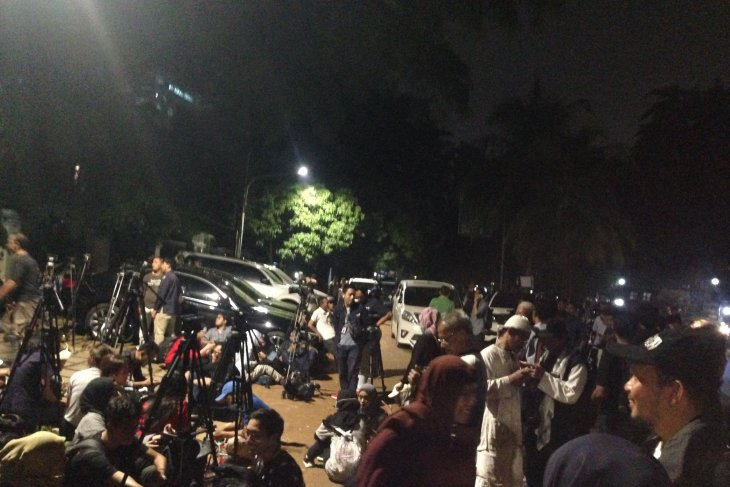 Supporters throng Prabowo's residence before MK's trial result