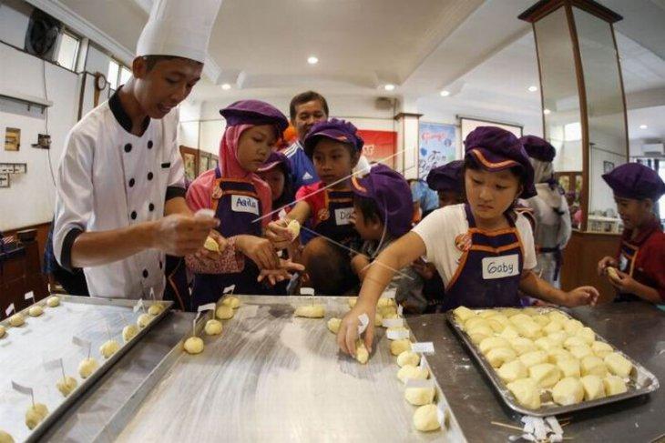 Siswa belajar membuat roti tradisional