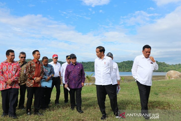 Jokowi distributes 2,000 land certificates in Manado