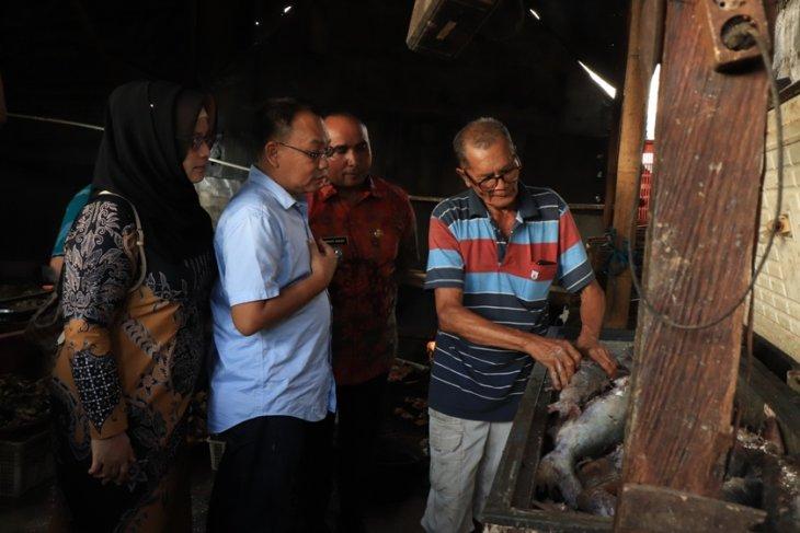 Idaham kunjungi sentra pengasapan ikan Bandarharjo Semarang