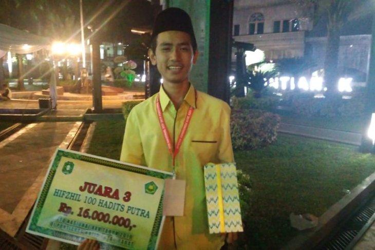 Fuady, juara umum sekolah yang jawara hafalan hadits