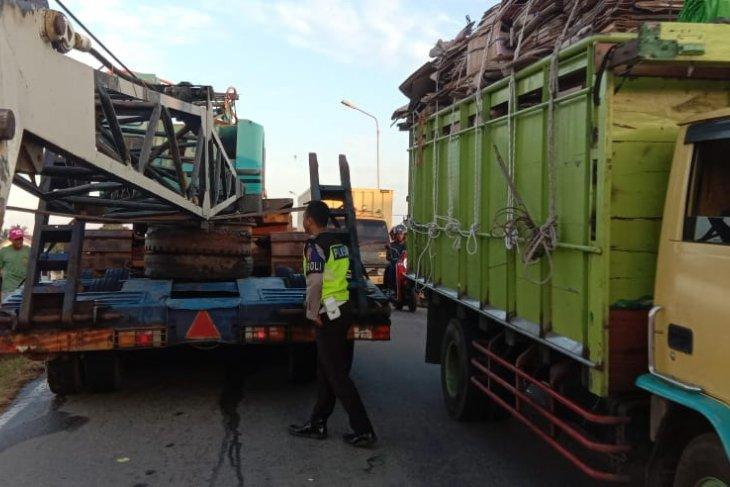 Mobil trailer bermuatan alat berat sangkut di tanjakan Jembatan Kuala
