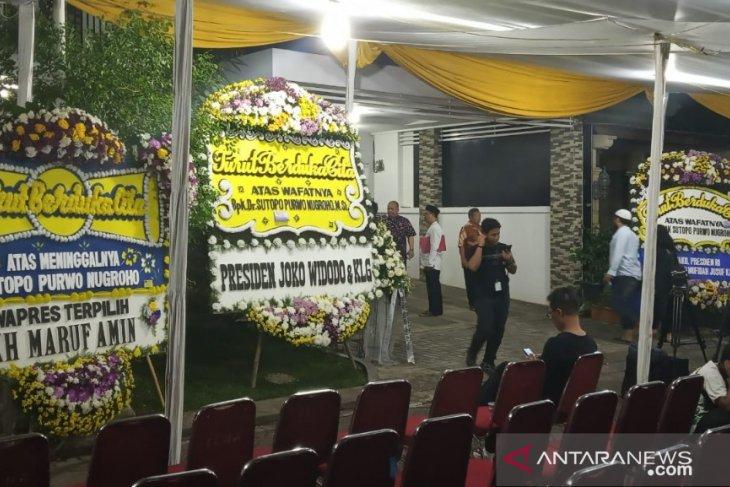 Puluhan karangan bunga padati rumah duka Sutopo