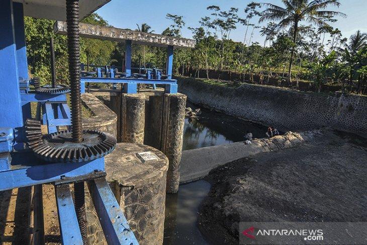 Bendungan sungai anak Citanduy surut