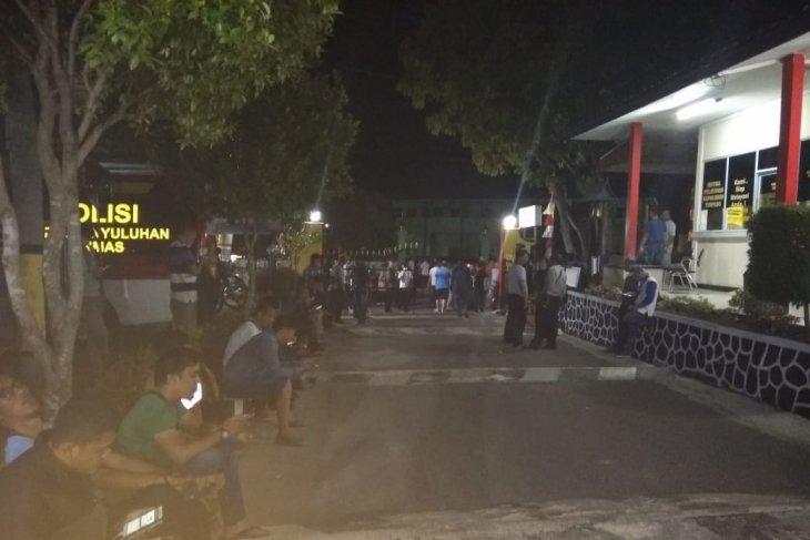 Ratusan warga padati Polres Tanjungpinang pantau pemeriksaan Gubernur Kepri