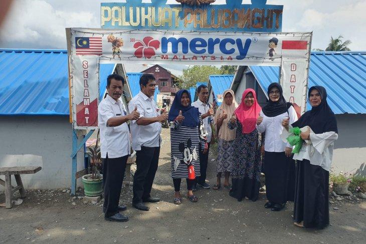 Kadis KP Sulteng Hasanuddin Atjo (kanan) bersama korban bencana yang menghuni Huntara Kelurahan Lere, Kota Palu