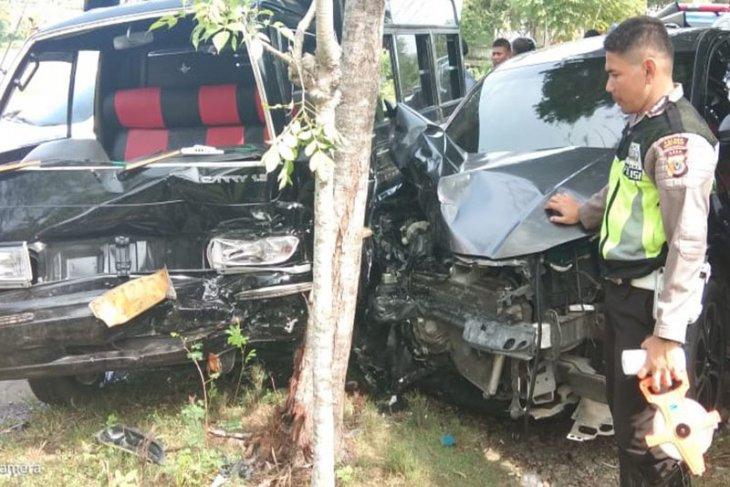 Tabrakan beruntun melibatkan tiga mobil, 10 orang dilarikan ke RS