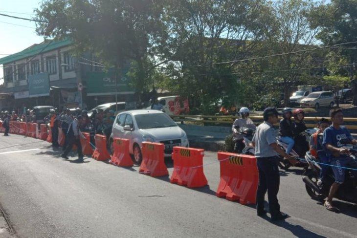Dishub Denpasar pasang pembatas jalan di Taman Pancing-Pulau Galang
