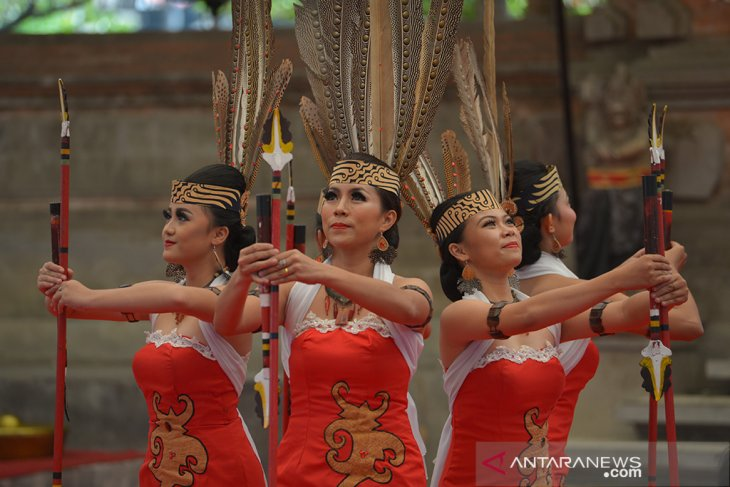 Pagelaran kesenian Dayak di Pesta Kesenian Bali 2019