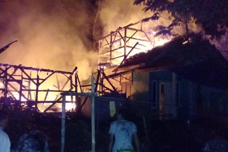 Dua rumah ludes terbakar diduga akibat kebocoran gas