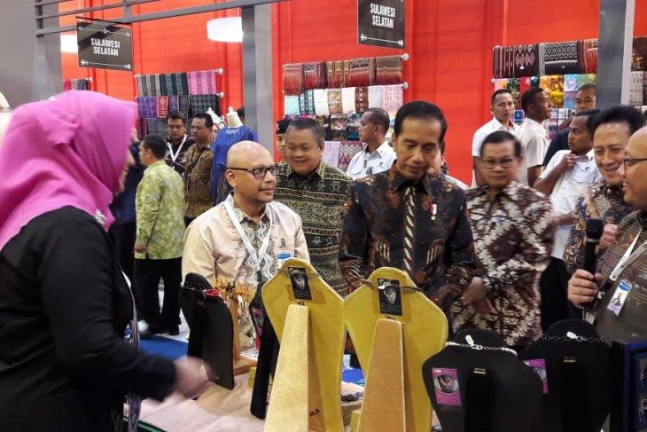 Presiden Jokowi kunjungi stand Sasirangan Kalsel