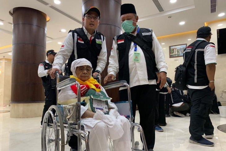 Sukinah (93) jemaah tertua kloter 1 tiba di Mekkah disambut dengan shawalat Nabi