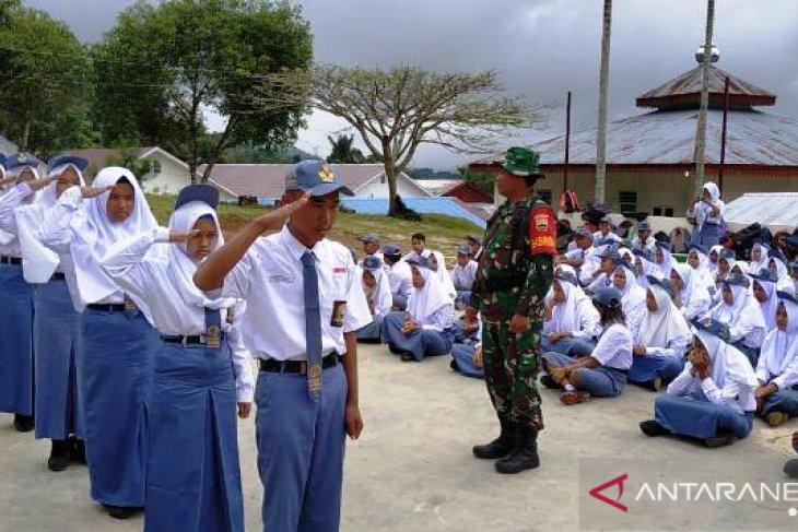 Ajarkan kedisiplinan, Babinsa Koramil 03/SPR latih siswa PBB