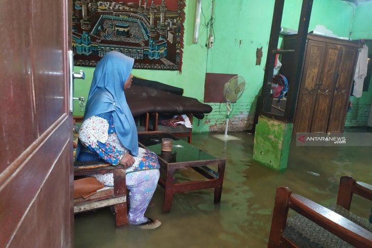 Pipa PDAM bocor di Medan genangi rumah warga