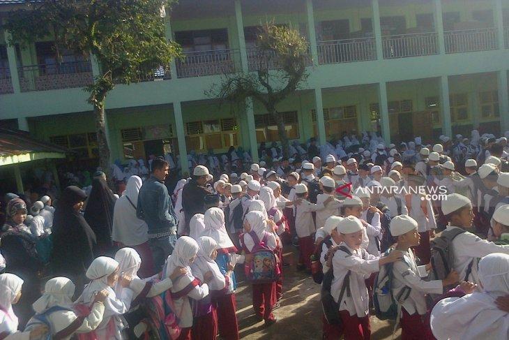Akibat krisis air, anak-anak Cimahi pergi sekolah tidak mandi