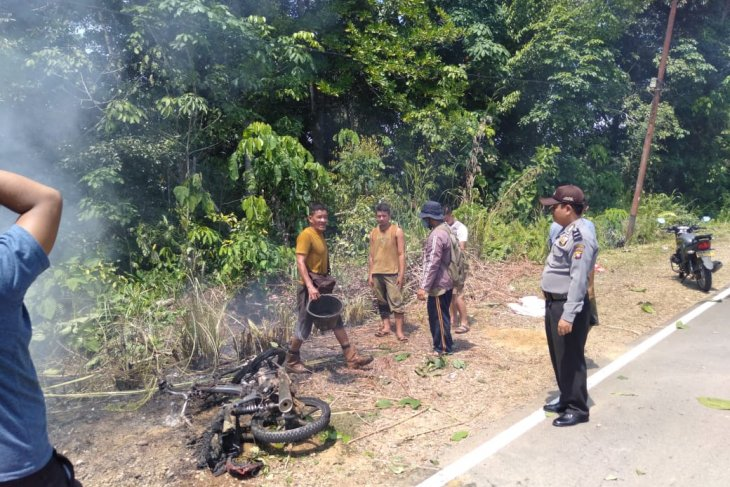 Sepeda motor terbakar saat melintas depan Kantor Camat Kalis Kapuas Hulu