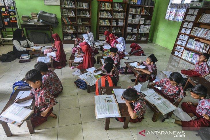 Belajar mengajar di lantai