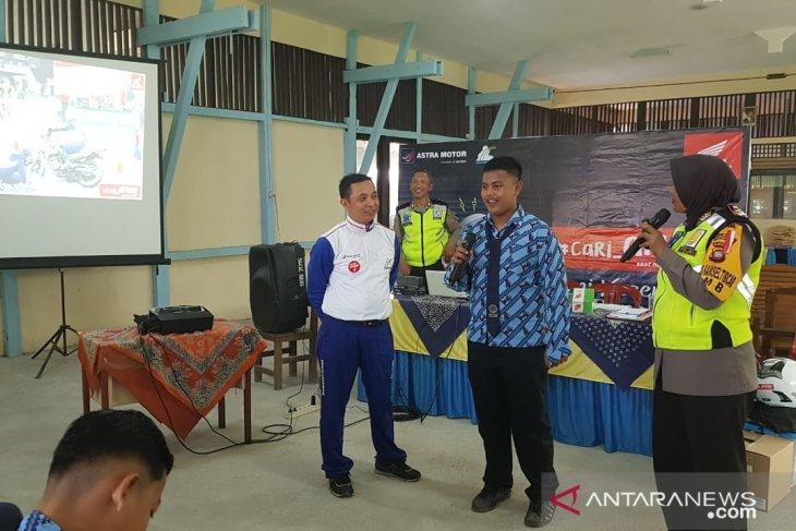 Astra Motor - Satlantas bagikan jaket #Cari_aman kepada siswa SMPN 20 Pontura