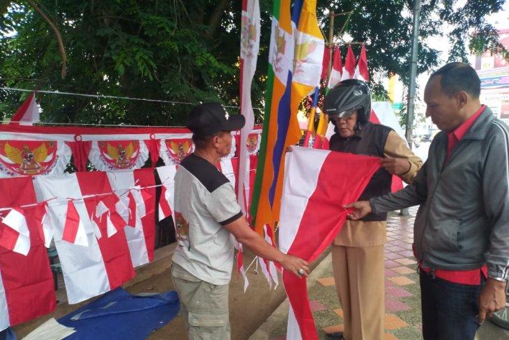 Pedagang bendera  mulai menjamur di Labuhanbatu