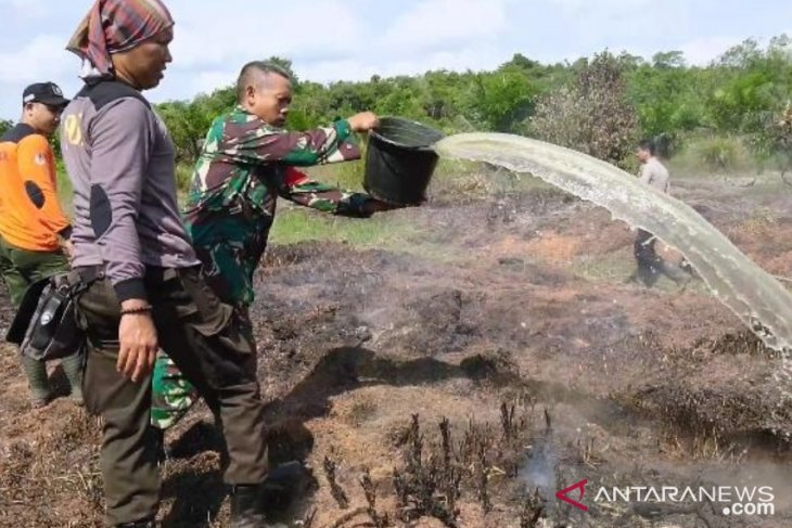 Aparat bahu membahu padamkan kebakaran lahan 62 hektare di Bengkayang